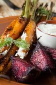 Młody pieczone warzywa - marchew i buraki — Zdjęcie stockowe