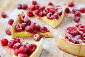 Plastry ciasta z kremem i malina — Zdjęcie stockowe