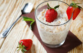 Oatmeal with strawberries for breakfast — Stock Photo