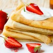 Pancakes with slices of fresh strawberries — Stock Photo