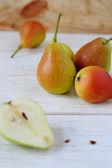 桌上的成熟和多汁梨 — 图库照片