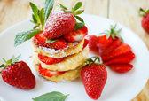 Cheesecake dessert with fresh strawberries — Stock Photo