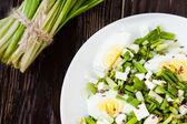 Salada com ovo e alho selvagem, alho-porro — Foto Stock