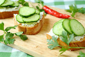 Crispy toast with goat cheese and cucumber — Stock Photo