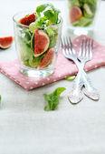 Chrupiąca sałatka z słodkie figi — Zdjęcie stockowe