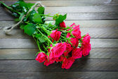 Bouquet of roses on a wooden background — 图库照片