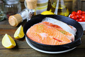 Trozos de pescado rojo en la sartén, salmón — Foto de Stock