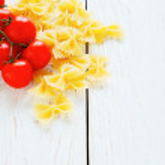 Farfalle pasta and cherry tomatoes — Stock Photo #40142285