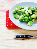 Roasted brussels sprouts on a plate — 图库照片