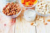 Nueces - castañas de cajú, almendras y semillas de sésamo en tazones — Foto de Stock