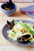 Pasta with sauce and mussels — Stockfoto