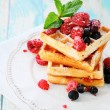Foto Stock: Ruddy waffles with berries