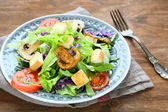 Appetizing salad with greens and mushrooms — Stock Photo