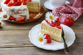 Light summer cake with strawberries — ストック写真