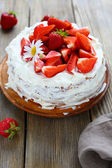 Homemade round cake with strawberries — Foto de Stock