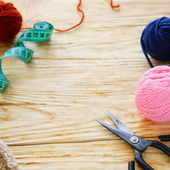 Woolen thread and scissors — Stock Photo