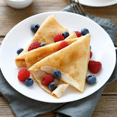 Ruddy summer pancakes with raspberries — Stock Photo