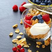 Płatki zbożowe i jogurt w szklance — Zdjęcie stockowe
