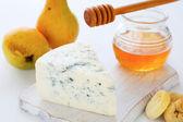 Pedaço de queijo azul e mel — Foto Stock