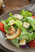 Crispy salad with mushrooms and croutons — Stockfoto