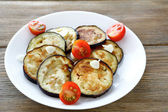 Fried aubergine slices with garlic — Stockfoto