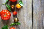 Sfondo in legno con pomodori maturi — Foto Stock