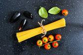 Ingrediënten voor pasta met mosselen, achtergrond — Stockfoto