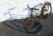 An old abandoned bicycle — Stock Photo