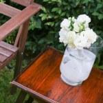 ガラス花瓶に白いバラ — ストック写真