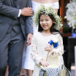 Cute little flower girl in the wedding ceremony — Stock fotografie