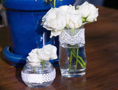 White roses in a glass vase — Stock Photo