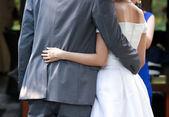 新婚の各他の腰の周りに彼らの腕を置く — ストック写真