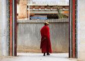 Tibetan monk walking in Songzanlin Monastery in Zhongdian (Shang — Stock Photo