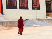 Tibetský mnich chůze v songzanlin klášteře v zhongdian (shang — Stock fotografie