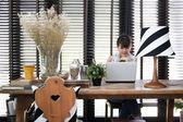 Genç asyalı çalışan kadın vintage decorat ile bir laptop kullanıyor — Stok fotoğraf