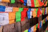 Bunte gebetsfahnen mit holzwand im hintergrund, shangri-la — Stockfoto