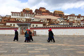 Villagers walking in front of Songzanlin Monastery in Zhongdian — Stock Photo