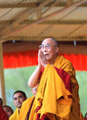 LEH, INDIA - AUGUST 5, 2012: His Holiness the 14th Dalai Lama gi — Stock Photo