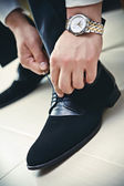 Men laceing his shoes — Stock Photo