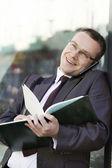 бизнесмен на открытом воздухе — Стоковое фото