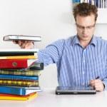 mladý muž pracuje — Stock fotografie
