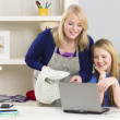 Mother and daughter with laptop — 图库照片
