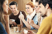 Friends playing card game — Foto Stock