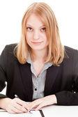 Mladý obchodní žena podpisu smlouvy — Stock fotografie