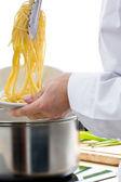šéfkuchař připravuje těstoviny — Stock fotografie
