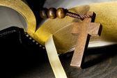 Rozenkrans en bijbel — Stockfoto