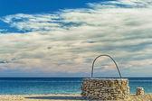 ビーチで石の井戸 — ストック写真