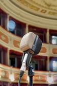 το παλιό μικρόφωνο στη σκηνή — 图库照片