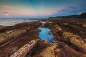 Eb zonsondergang met stralen van licht op puntje van borneo strand in simpang mengayau, kudat, maleisië — Stockfoto
