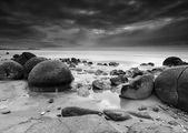 Moeraki Boulders on Dramatic Black and White Long Exposure — Zdjęcie stockowe